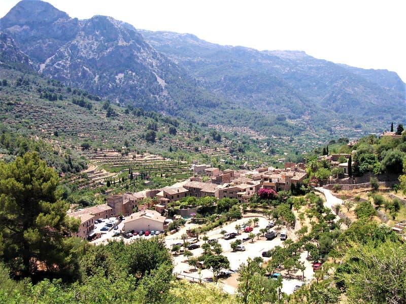 Panoramiczny widok nad idylliczną wioską Fornalutx obraz stock