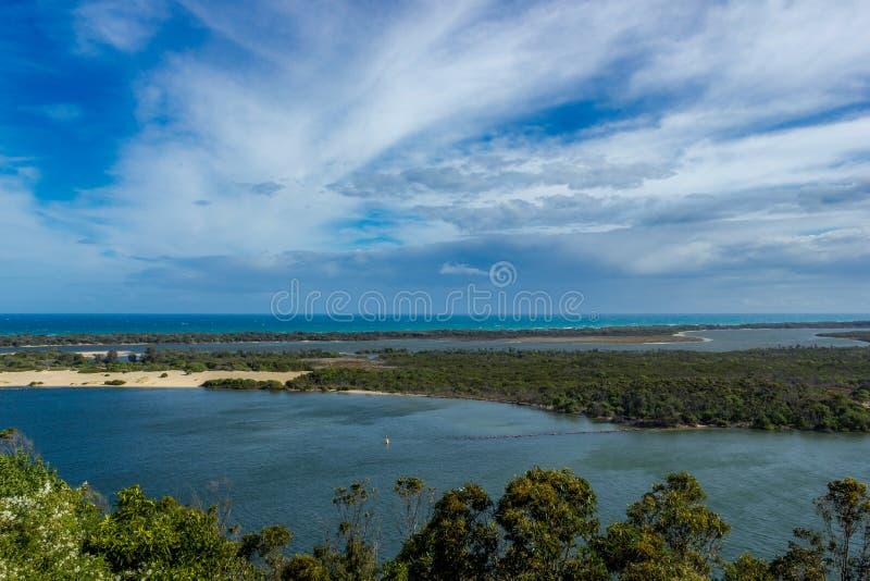 Panoramiczny widok nad Jeziornym królewiątkiem i brzegowym pobliskim jeziora wejściem, Wiktoria, Australia obraz stock