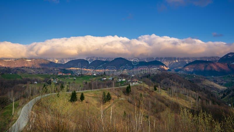 Panoramiczny widok nad Karpacką górą w Transylvania obrazy stock