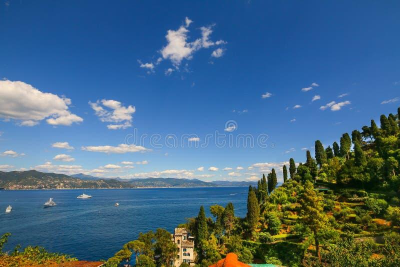 Panoramiczny widok nad morzem śródziemnomorskim od Portofino obrazy stock
