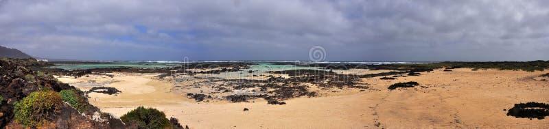 Panoramiczny widok nad plażą i wybrzeżem hiszpańska powulkaniczna wyspa Lanzarote zdjęcie royalty free