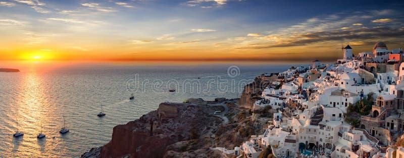 Panoramiczny widok nad wioską Oia na Santorini wyspie zdjęcie royalty free