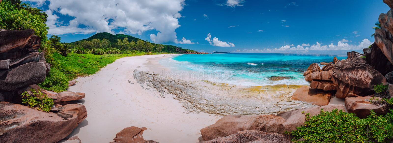 Panoramiczny widok najwięcej spektakularnego tropikalnego plażowego Grande Anse na losu angeles Digue wyspie, Seychelles Urlopowy obrazy stock