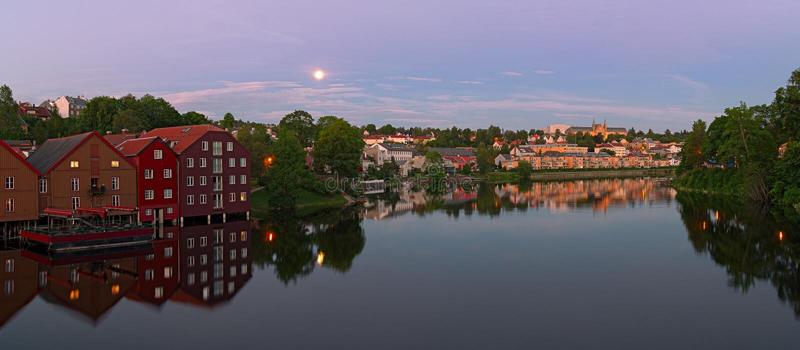 Panoramiczny widok Nidelva rzeka od Starego miasteczko mostu trondheim n fotografia royalty free