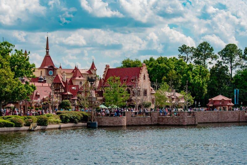 Panoramiczny widok Niemcy pawilon i b??kitny jezioro przy Epcot w Walt Disney World 70 obraz stock