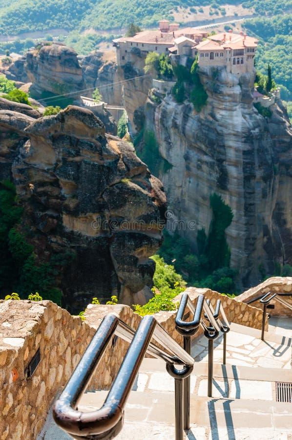 Panoramiczny widok od Meteoron monasteru falezy kamienia schodków z metali poręczami na scenicznych Meteor krajobrazowych rockowy obraz royalty free