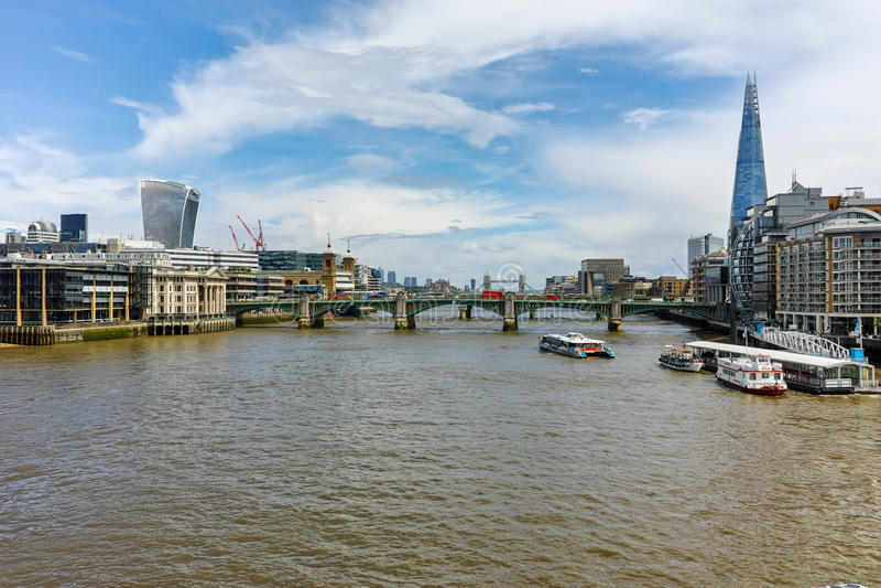 Panoramiczny widok od milenium Thames i Footbridge rzeki, Londyn, Anglia fotografia stock