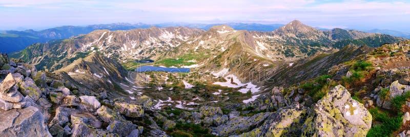 Panoramiczny widok od Peleaga szczytu, Retezat góry przy wschód słońca, w lecie Widoczni punkty zwrotni: Bucura jezioro, Judele s zdjęcia royalty free