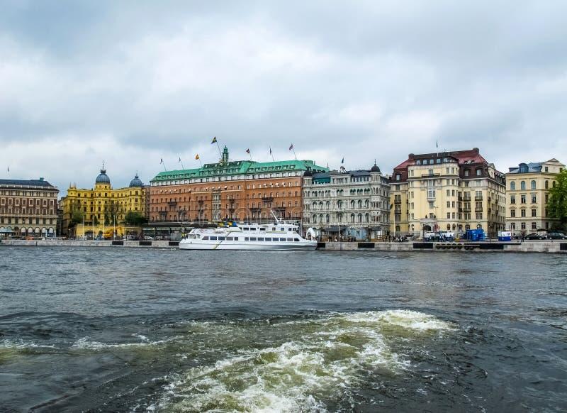 Panoramiczny widok od turystycznej łodzi piękni budynki Stromkajen w centrum Sztokholm Szwecja fotografia stock