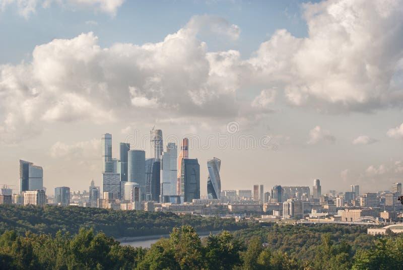 Panoramiczny widok od wzgórzy Krwawych miasto Moskwa Vorobyovy zdjęcia royalty free