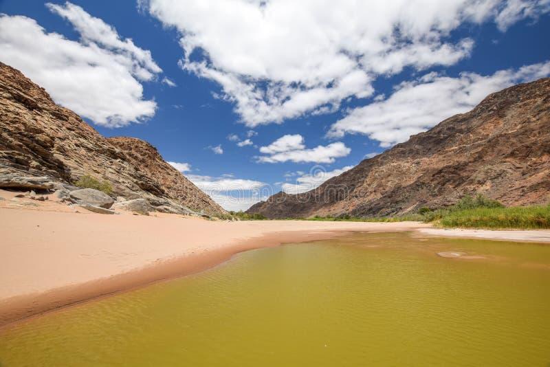 Panoramiczny widok odpoczynki woda podczas pory suchej blisko Ais Gorących wiosen przy Rybim Rzecznym jarem, Namibia fotografia royalty free