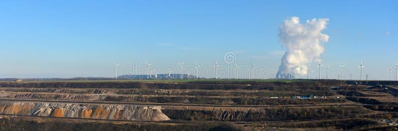 Panoramiczny widok otwarty - lany kopalnictwo, elektrownia i wiatrowa energia, obrazy stock