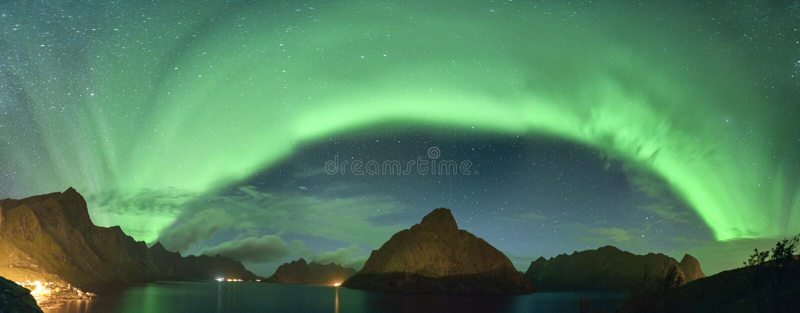 Panoramiczny widok Północnych świateł zorzy borealis od Lofoten, Norwegia fotografia royalty free