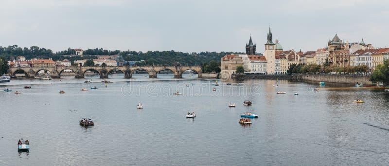 Panoramiczny widok paddle łodzie na Vltava rzece w Praga, republika czech obrazy stock