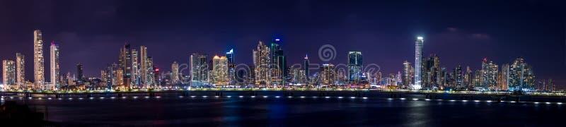 Panoramiczny widok Panamska miasto linia horyzontu przy nocą - Panamski miasto, Panama obraz stock