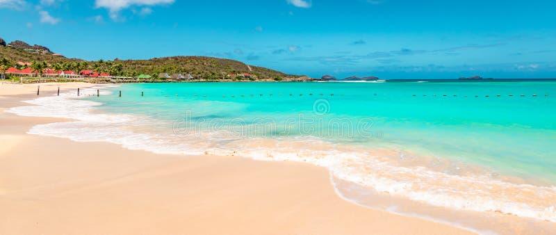 Panoramiczny widok piękna biała piaskowata plaża w St Barts Świątobliwy Barthelemy, Karaiby fotografia stock