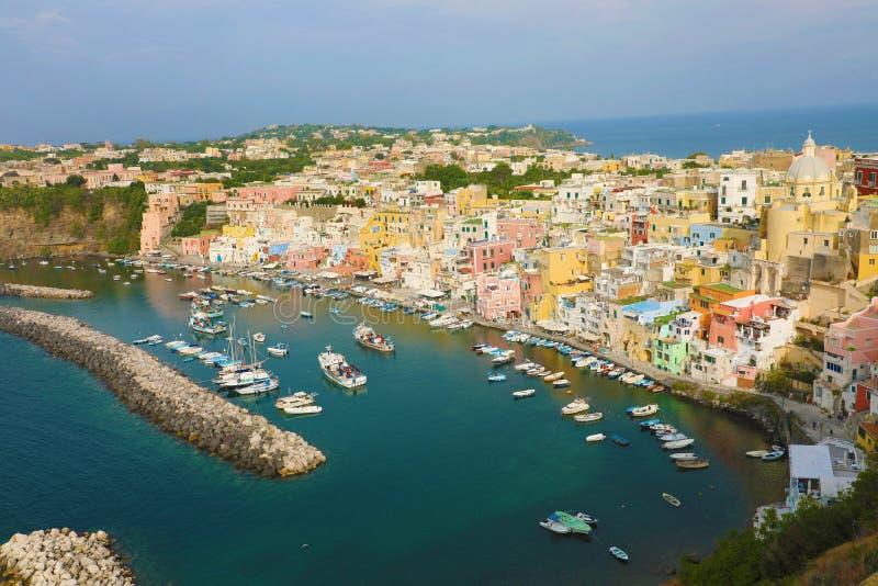 Panoramiczny widok pięknej Procidy w słoneczny letni dzień Kolorowe domy, kawiarnie i restauracje, łodzie rybackie i jachty w obrazy stock