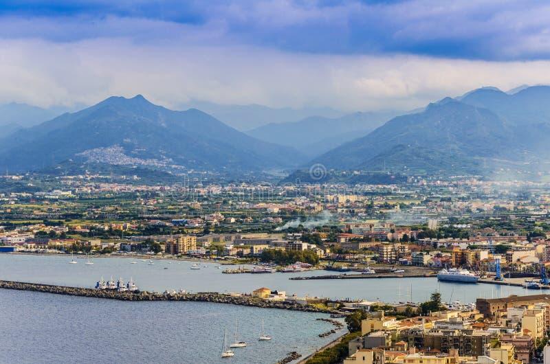 Panoramiczny widok port milazzo i sicilian góry zdjęcia stock