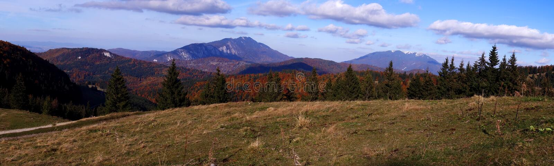 Panoramiczny widok Postavaru i Piatra Kobylie halne granie w jesieni przyprawia zdjęcia royalty free