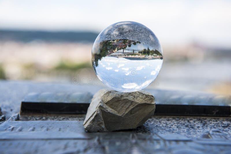 Panoramiczny widok Praga przez szklanej piłki Abstrakcjonistyczna miasto widoku fotografia obraz stock