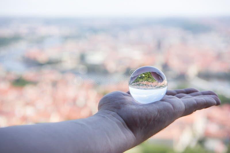Panoramiczny widok Praga przez szklanej piłki Abstrakcjonistyczna miasto widoku fotografia fotografia royalty free