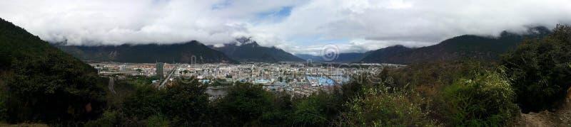 Panoramiczny widok przegapia nyingchi bayi miasteczko obraz stock