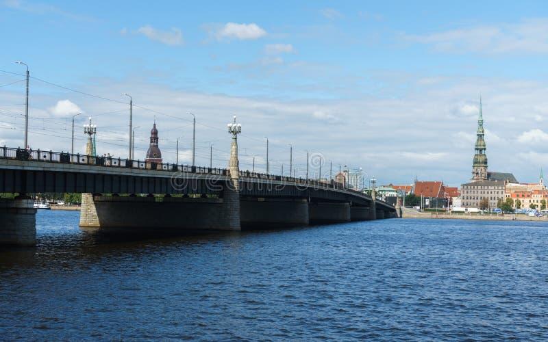 Panoramiczny widok przez Daugava rzekę na bridżowej i Ryskiej katedrze w starym miasteczku, Latvia, Lipiec 25, 2018 obraz stock