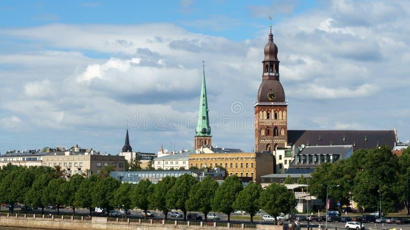 Panoramiczny widok przez Daugava rzek? na Ryskiej katedrze w starym miasteczku, Latvia, Lipiec 25, 2018 obraz stock