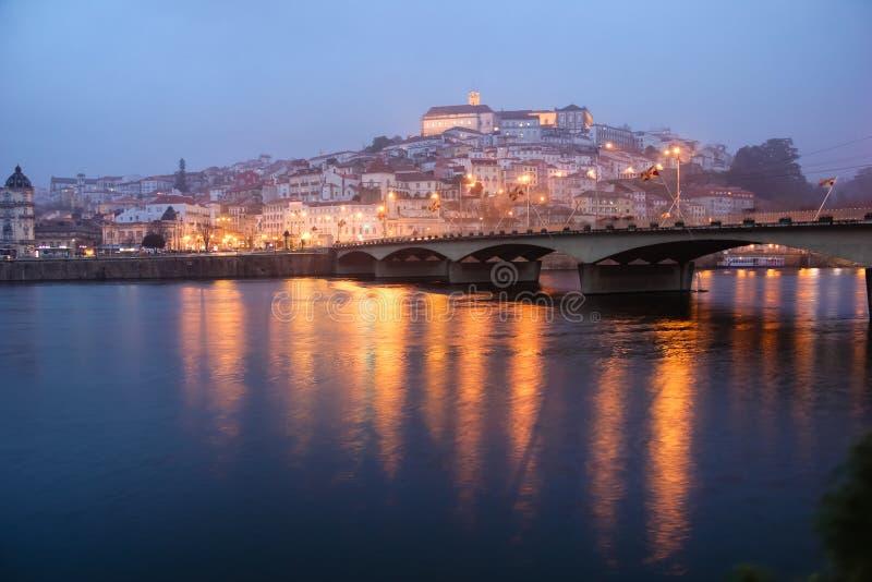 Panoramiczny widok przy nocą Coimbra Portugalia obrazy stock