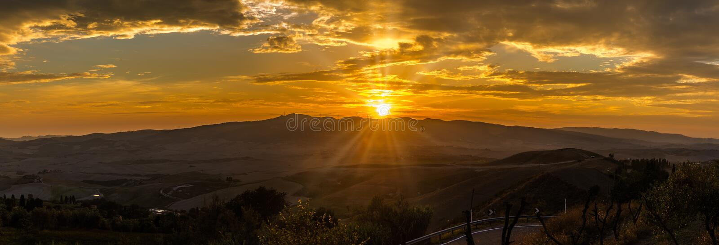 Panoramiczny widok przy zmierzchem nad Tuscany wieś od Volterra w Włochy fotografia royalty free