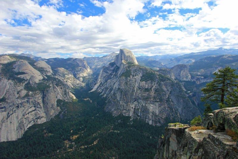 Panoramiczny widok Przyrodnia kopuła, El Capitan i inne góry w Yosemite parku narodowym, Kalifornia, usa fotografia stock
