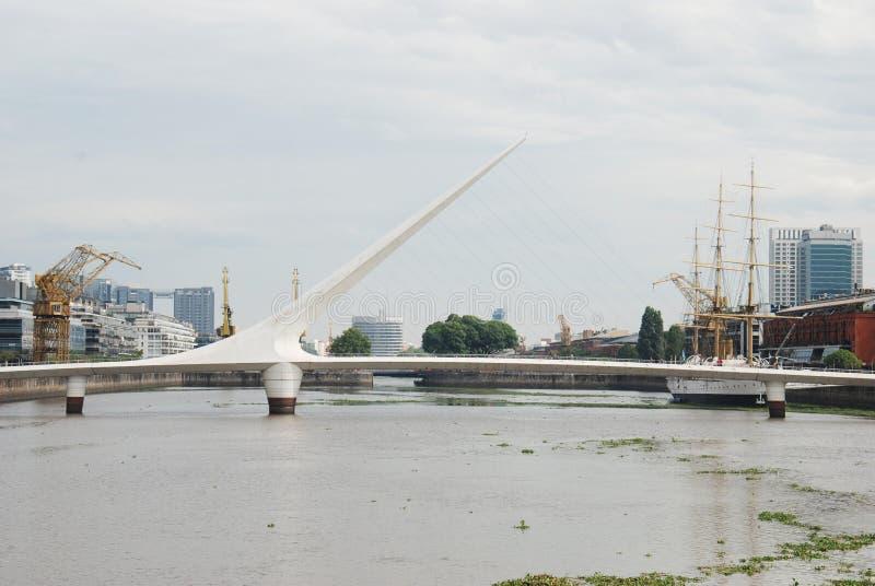 Panoramiczny widok Puerto Madero i kobiety przerzuca most Puente De Los angeles Mujer zdjęcie stock