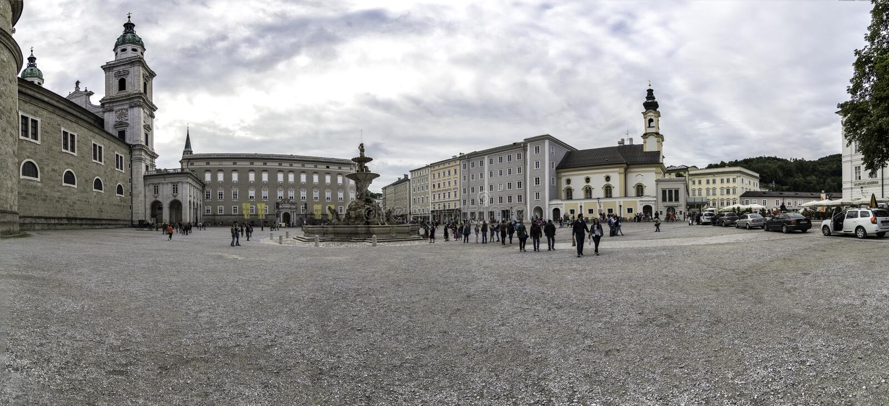 Panoramiczny widok Residenzplatz kwadrat w Salzburg, Austria zdjęcia royalty free