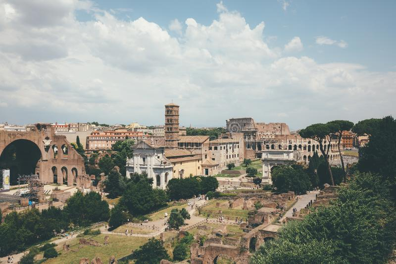 Panoramiczny widok Romański forum, także znać forum Romanum zdjęcie stock