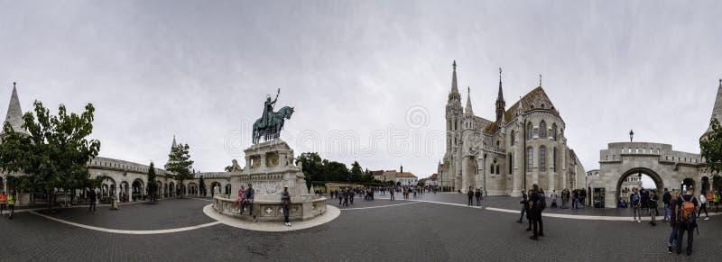 Panoramiczny widok rybaka bastionu kwadrat z equestrian statuą Świątobliwy Stephen Ja i Matthias kościół, Budapest zdjęcie stock