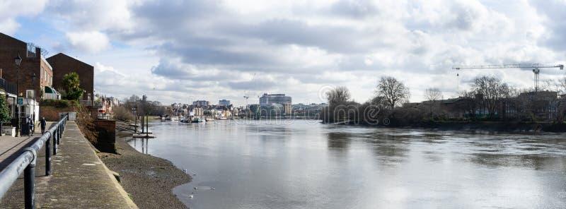 Panoramiczny widok rzeczny Thames w kierunku miasta od Thames ścieżki blisko Hammersmith, Londyn, Anglia, Marzec 2017 Przy niskim obraz stock