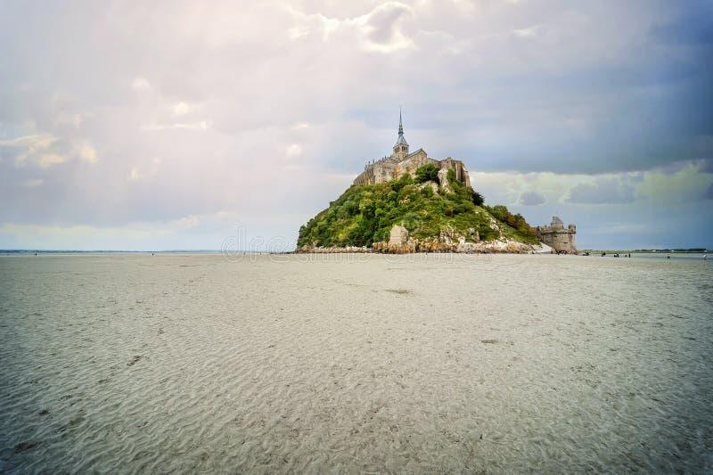 Panoramiczny widok sławna pływowa wyspa Le Mont Saint-Michel na chmurnym dniu, Normandy, północny Francja fotografia royalty free