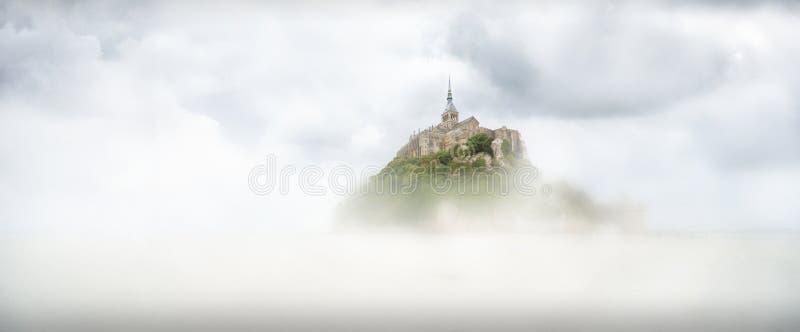 Panoramiczny widok sławna pływowa wyspa Le Mont Saint-Michel na mgła dniu, Normandy, północny Francja obraz stock