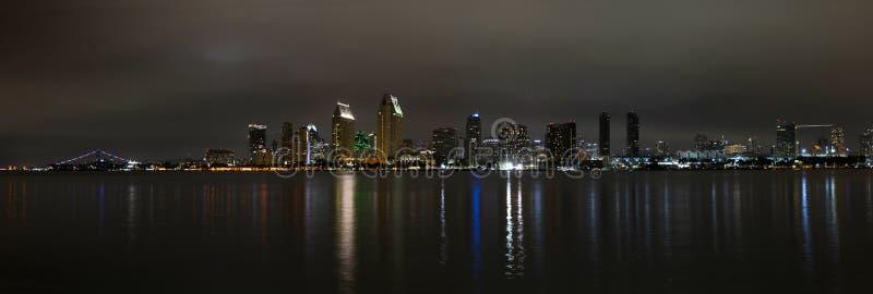 Panoramiczny widok San Diego linia horyzontu przy nocą obraz stock
