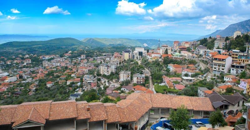 Panoramiczny widok, scena z Kruja kasztelem i Kruja stara wioska, bazar ulica, fort, Tirana w Albania fotografia stock