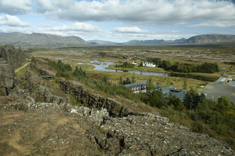 Panoramiczny Widok Sceniczny Na Wijającej Się Rzece, Dolinie, Farmach I Górach Islandii obrazy stock