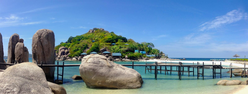 Panoramiczny widok skały na śnieżnobiałej plaży tropikalna Nang Juan wyspa, Tajlandia zdjęcie stock