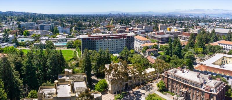 Panoramiczny widok UC Berkley na słonecznym dniu, widok w kierunku Oakland i San Francisco zatoki linia brzegowa w tle, zdjęcie royalty free
