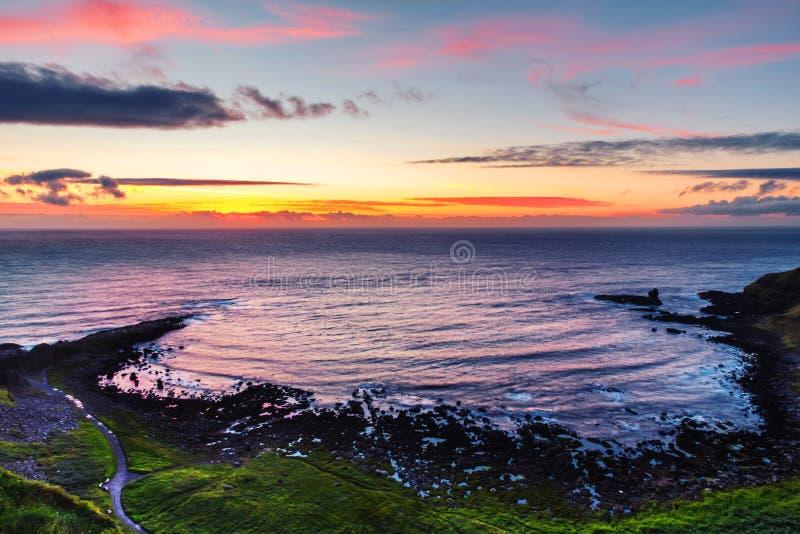 Panoramiczny widok UK droga na grobli wybrzeże, roztoki z giganta morzem w Północnym i droga na grobli i - Ireland, obrazy royalty free