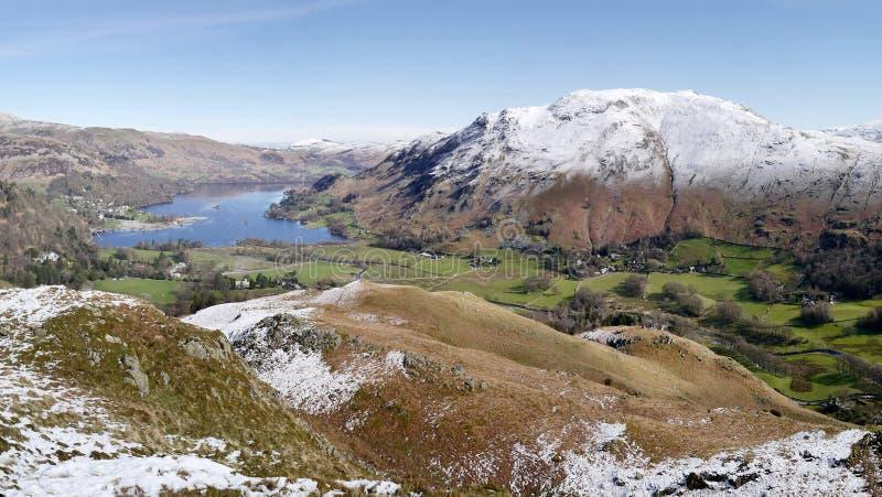Panoramiczny widok Ullswater w śniegu obrazy stock