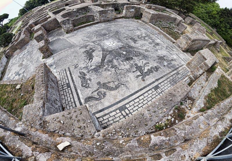 Panoramiczny widok w imperium rzymskie ekskawacji ruinach przy Ostia Antica z piękną mozaiką Cisiarii termiczny zdrój obraz stock