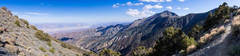 Panoramiczny widok w kierunku Badwater basenu i teleskopu szczyt od wycieczkować wlec, Panamint pasmo górskie, Śmiertelny Dolinny fotografia stock