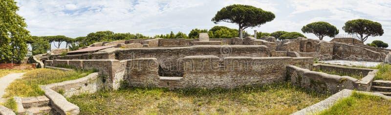 Panoramiczny widok w 180 stopniach imperium rzymskie bujny, ruiny roślinność przy archeologicznymi ekskawacjami w i - zdjęcie stock
