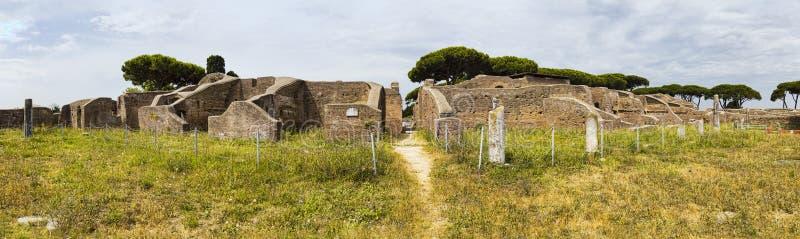 Panoramiczny widok w 180 stopniach w imperium rzymskie wioski ruinach w Ostia Antica z gym Neptune zdrój przy archeologicznym zdjęcie royalty free