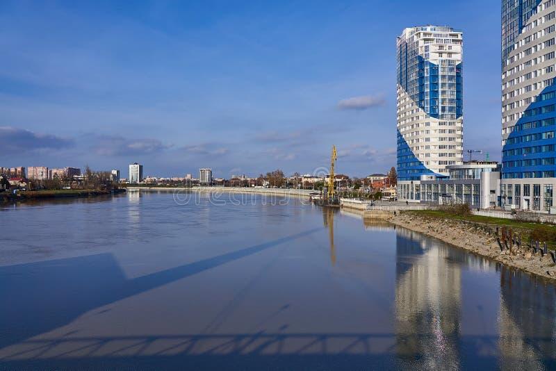 Panoramiczny widok w terenie Kuban rzeka która odbija miasto Krasnodar, fotografia stock